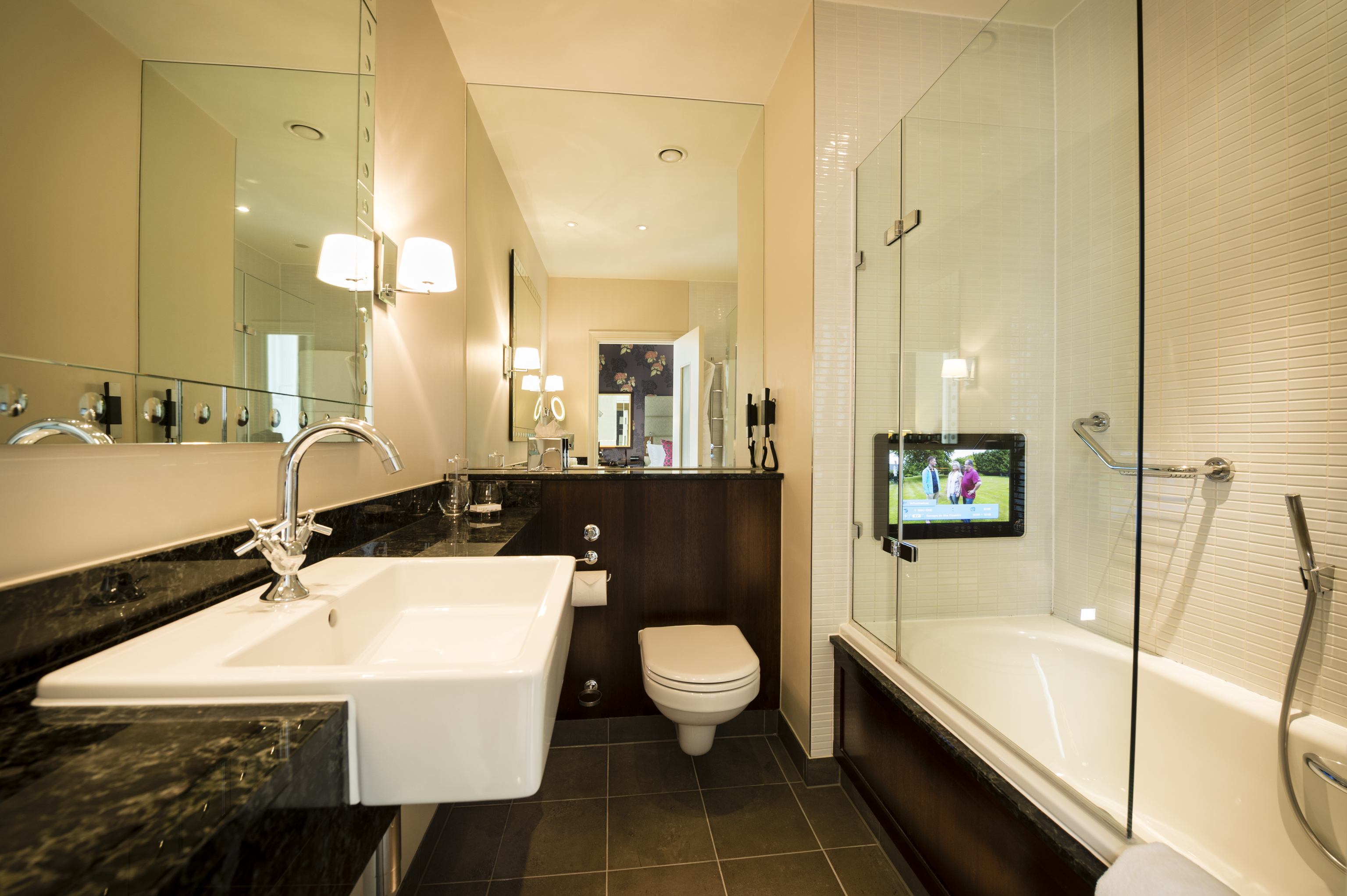 Watch tv in the bath in a luxury london hotel 5 things for Bathroom designs london